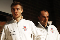 Sergey Sirotkin, Robert Kubica, Williams en el escenario en el lanzamiento de la FW41