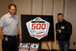 Chip Wile, President Daytona International Speedway met Austin Dillon, Richard Childress Racing Chevrolet Camaro en het 2019 Daytona 500 logo