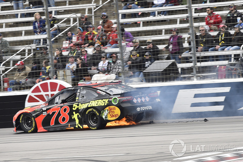 Martin Truex Jr., Furniture Row Racing, Toyota Camry Bass Pro Shops/5-hour ENERGY, blows a tire