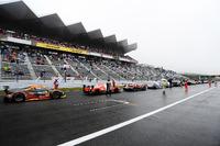 Машини стоять на прямій через зупинену з-за туману гонку