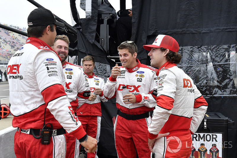 Ryan Blaney, Team Penske, Ford Fusion DEX Imaging e la sua crew