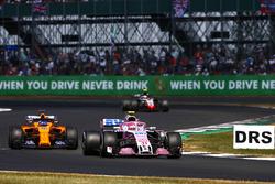 Esteban Ocon, Force India VJM11, lidera a Fernando Alonso, McLaren MCL33