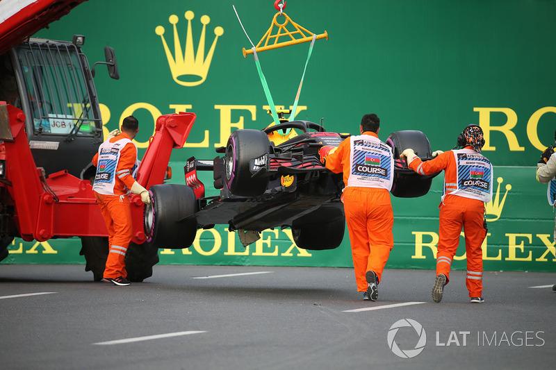 La voiture endommagée de Max Verstappen, Red Bull Racing RB14 est ramenée au stand