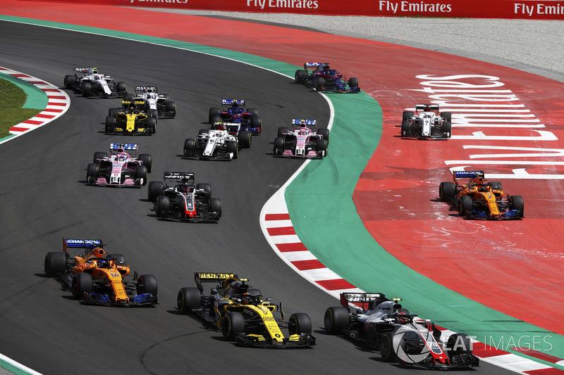 Kevin Magnussen, Haas F1 Team VF-18, Carlos Sainz Jr., Renault Sport F1 Team R.S. 18, Fernando Alonso, McLaren MCL33 and Romain Grosjean, Haas F1 Team VF-18, as Stoffel Vandoorne, McLaren MCL33, and Marcus Ericsson, Sauber C37, run wide