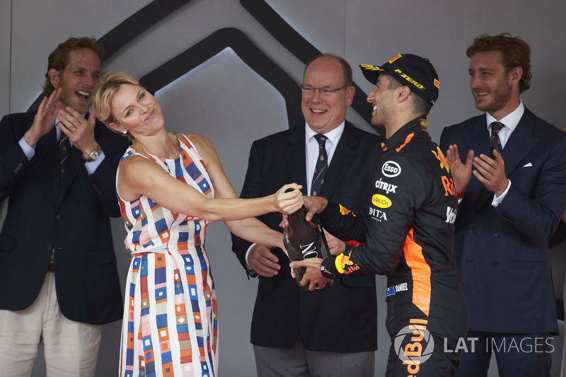 La princesa Charlene y el príncipe Alberto de Mónaco con el ganador de la carrera Daniel Ricciardo, Red Bull Racing, en el podio