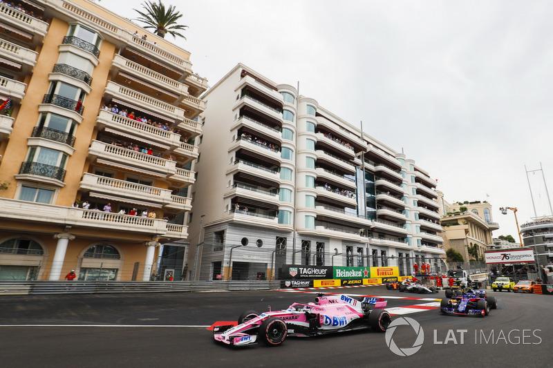 Sergio Perez, Force India VJM11, leads Pierre Gasly, Toro Rosso STR13, Nico Hulkenberg, Renault Sport F1 Team R.S. 18, Sergey Sirotkin, Williams FW41, y el resto del grupo