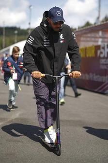 Lewis Hamilton, Mercedes AMG F1, su un monopattino