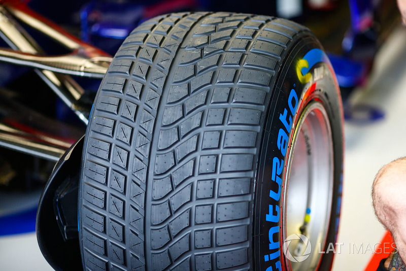 Ban basah Pirelli