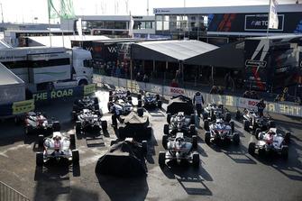 Formel-3-Autos im Parc Fermé