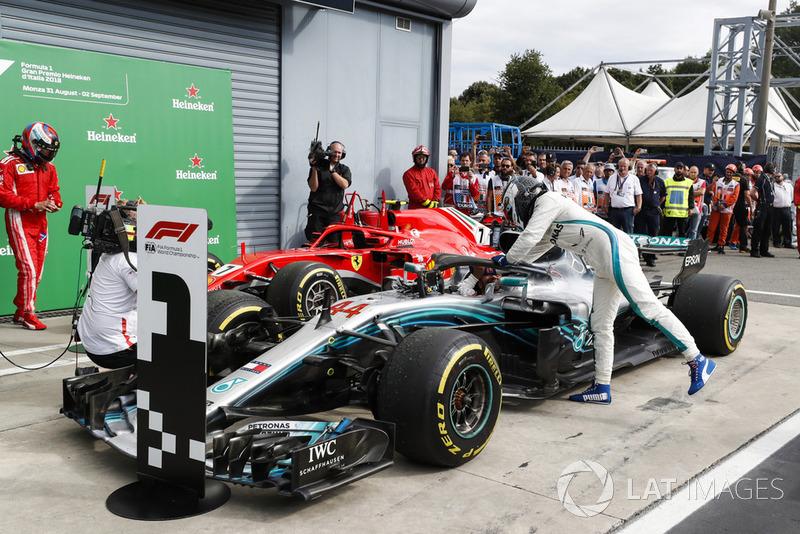 Le troisième, Valtteri Bottas, Mercedes AMG F1 W09, félicite le vainqueur Lewis Hamilton, Mercedes AMG F1 W09