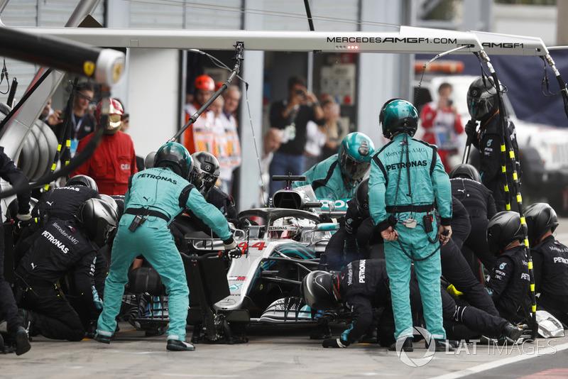 Льюіс Хемілтон (Mercedes AMG F1 W09) на піт-стопі