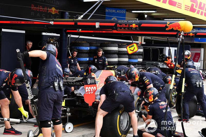 Mekanik Red Bull Racing berlatih pit stop