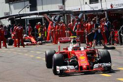 Kimi Raikkonen, Ferrari SF16-H y Sebastian Vettel, Ferrari SF16-H en los pits