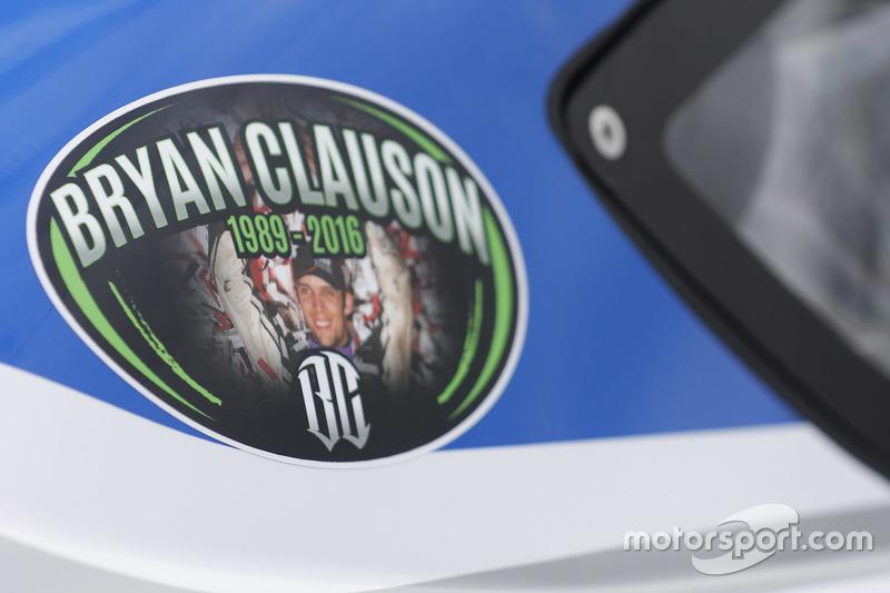 Un adesivo in ricordo di Bryan Clauson