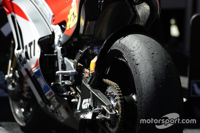 Lo pneumatico posteriore di Andrea Iannone, Ducati Team dopo la gara