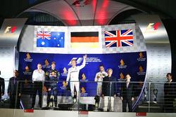 El podio: Daniel Ricciardo, Red Bull Racing, segundo; Nico Rosberg, de Mercedes AMG F1 ganador y Mer