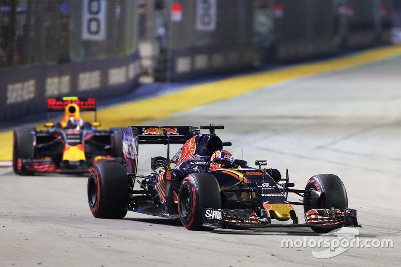 Daniil Kvyat, Scuderia Toro Rosso STR11 leads Max Verstappen, Red Bull Racing RB12
