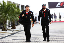 Fernando Alonso, McLaren, und Physiotherapeut Fabrizio Borra