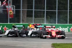 Sebastian Vettel, Ferrari SF16-H voor Lewis Hamilton, Mercedes AMG F1 W07 Hybrid en Nico Rosberg, Mercedes AMG F1 W07 Hybrid bij de start