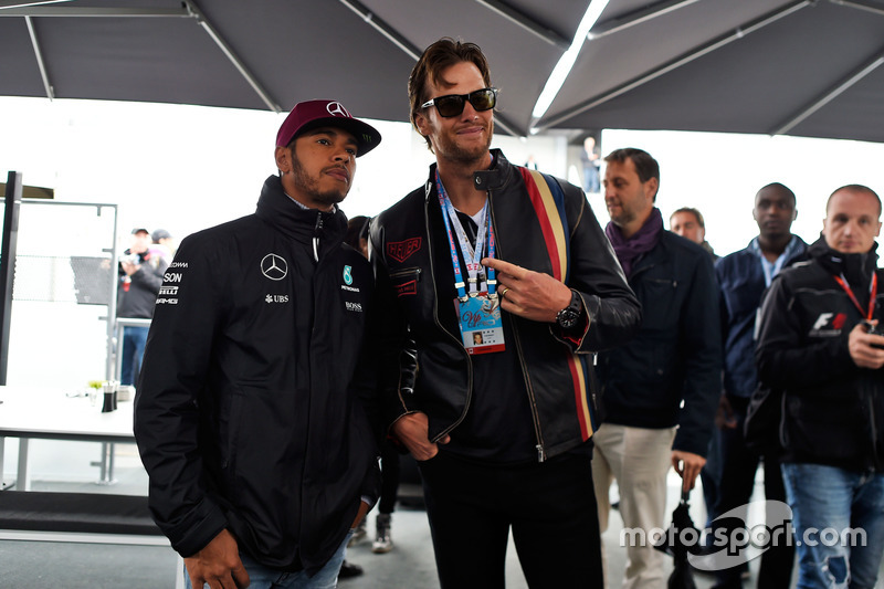 (Зліва направо): Льюїс Хемілтон, Mercedes AMG F1 та Том Бреді, New England Patriots Quarterback