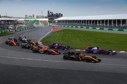 Nico Hulkenberg, Renault Sport F1 Team RS17 y Daniil Kvyat, Scuderia Toro Rosso STR12