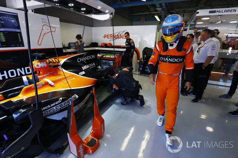 McLaren estrenó monos naranjas, a juego con su coche. No dieron demasiada suerte...