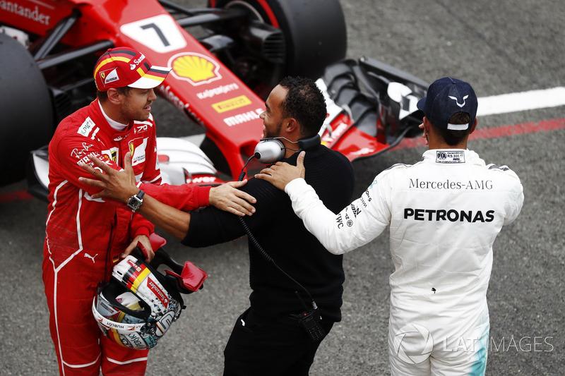 Ganador de la pole Lewis Hamilton, Mercedes AMG F1, Sebastian Vettel, Ferrari, con su hermano Nicolas Hamilton