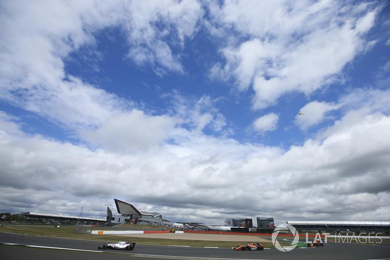 Lance Stroll, Williams FW40, Fernando Alonso, McLaren MCL32, Daniel Ricciardo, Red Bull Racing RB13