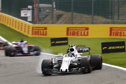 Lance Stroll, Williams FW40, locks a wheel ahead of Daniil Kvyat, Scuderia Toro Rosso STR12