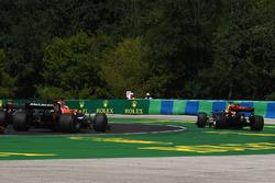 Daniel Ricciardo, Red Bull Racing RB13 with accident damage