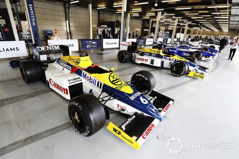 Williams F10 Honda, FW11 Honda, Reihe von Williams-Autos in der Box in Silverstone