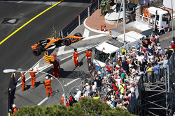 Marshals remove the car of Stoffel Vandoorne, McLaren MCL32