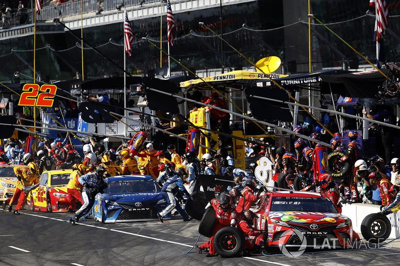 Boxenstopps: Kyle Busch, Joe Gibbs Racing Toyota, Martin Truex Jr., Furniture Row Racing Toyota