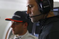 Stoffel Vandoorne, McLaren, Tom Stallard, Race Engineer, McLaren