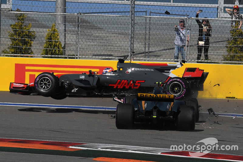 Romain Grosjean, Haas F1 Team VF-17 and Jolyon Palmer, Renault Sport F1 Team RS17 crash