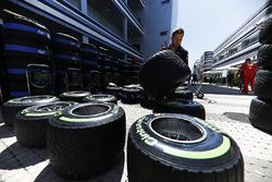 Механик Red Bull работает с шинами Pirelli