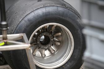 Une roue arrière de la Haas F1 Team VF-18