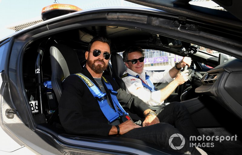 Actor Justin Theroux en el safety car