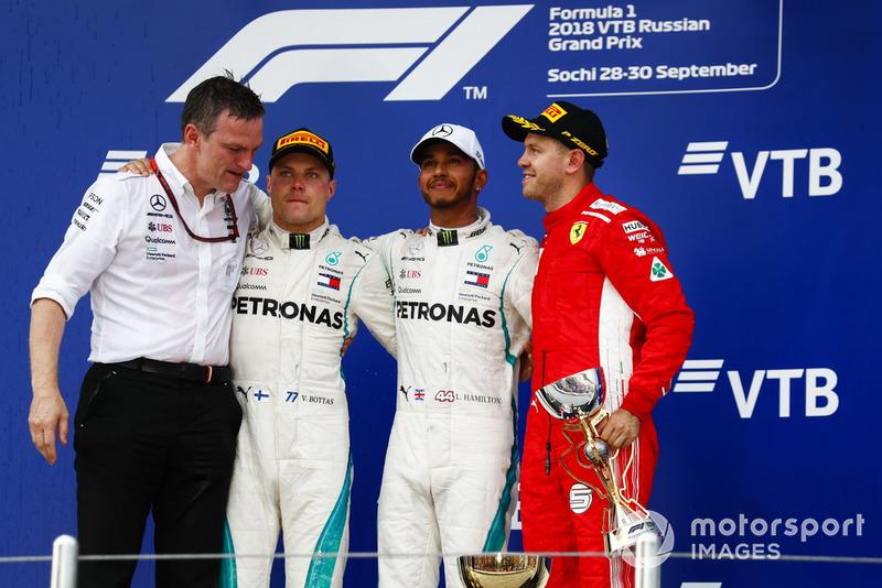 James Allison, Direttore tecnico, Mercedes AMG, il secondo classificato Valtteri Bottas, Mercedes AMG F1, il vincitore della gara Lewis Hamilton, Mercedes AMG F1, il terzo classificato Sebastian Vettel, Ferrari, sul podio