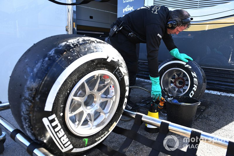 Mercedes-AMG F1 mechanic washes Pirelli tyres and wheel rims