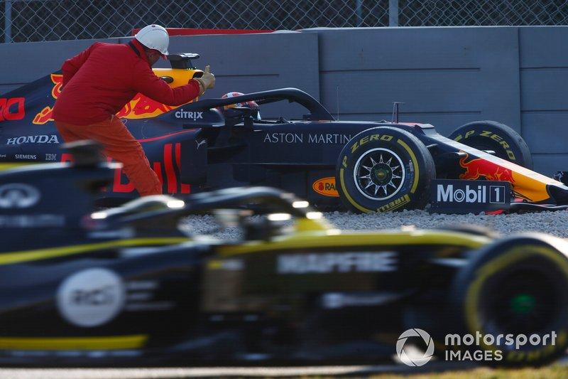 Pierre Gasly, Red Bull Racing RB15, nella ghiaia dopo un contatto con le barriere