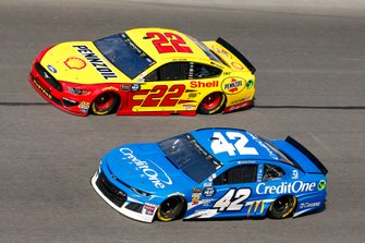 Kyle Larson, Chip Ganassi Racing, Chevrolet Camaro Credit One Bank, Joey Logano, Team Penske, Ford Mustang Shell Pennzoil
