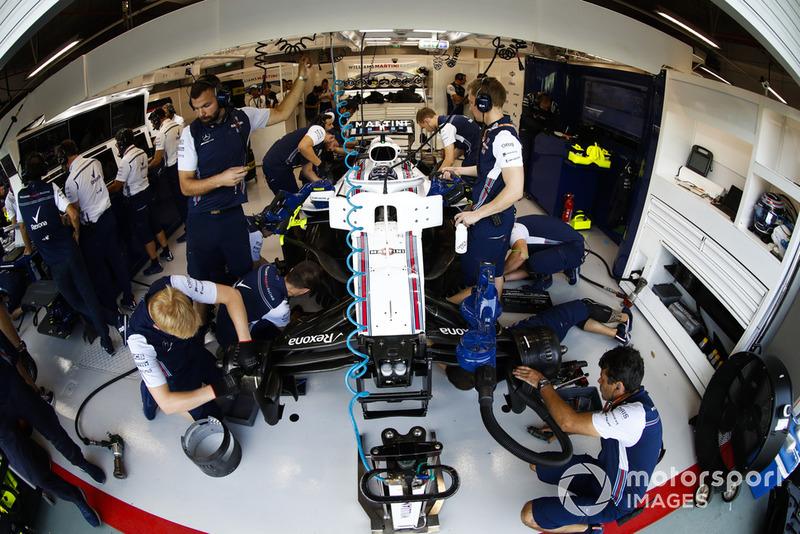 Mecánicos con el coche de Lance Stroll, Williams FW41