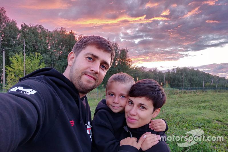Тимур Кулєшов із батьками