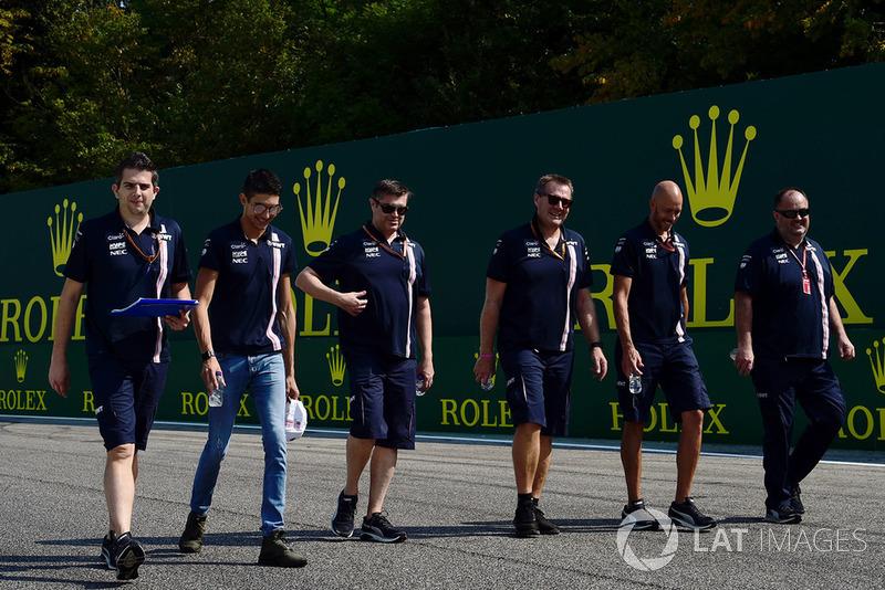 Esteban Ocon, Racing Point Force India F1 Team ispeziona il circuito