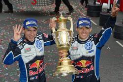 Sébastien Ogier, Julien Ingrassia, Volkswagen Polo WRC, Volkswagen Motorsport with the trophy
