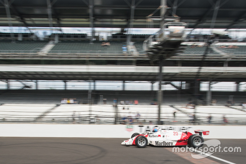 Indy 500经典赛车赛道巡游-1986年埃莫森·费迪帕尔蒂座驾