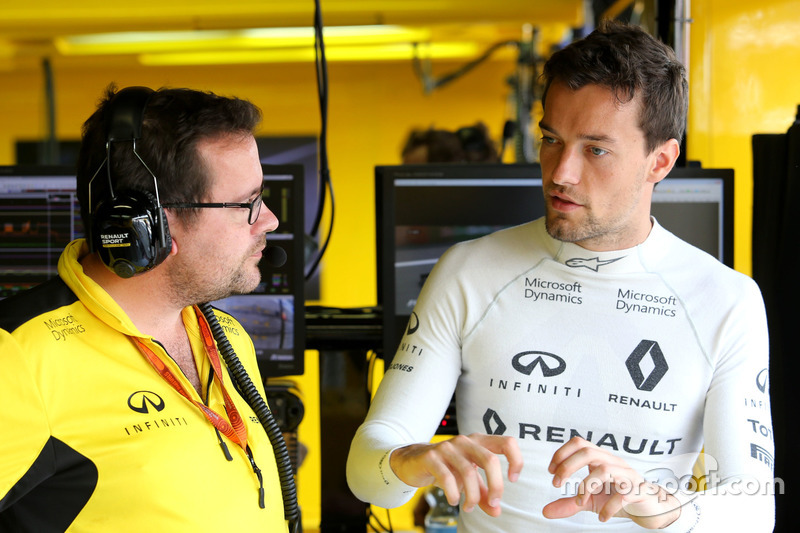 (L to R): Julien Simon-Chautemps, Renault Sport F1 Team Race Engineer with Jolyon Palmer, Renault Sport F1 Team