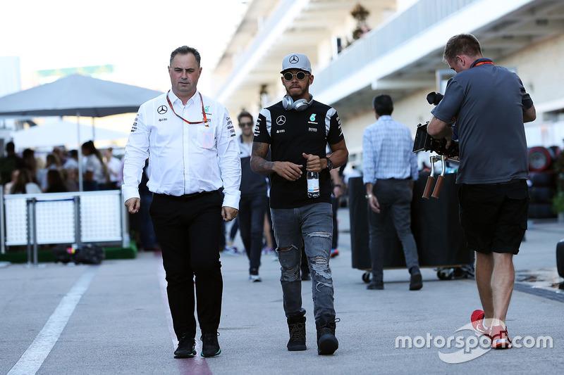Ron Meadows, Mercedes GP, Teammanager; Lewis Hamilton, Mercedes AMG F1
