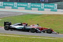 НІко Росберг, Mercedes AMG F1 W07 Hybrid та Кімі Райкконен, Ferrari SF16-H at the start of the race following their collision